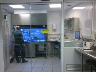 Los técnicos de ICSA instalan y configuran una nueva mesa de tallado en el Palacio de Justicia de Bilbao