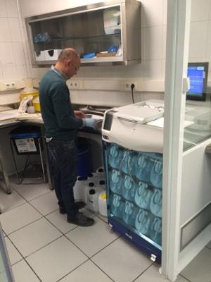 Los técnicos de ICSA instalan y configuran un procesador de tejidos Donatello en el Palacio de Justicia de Bilbao