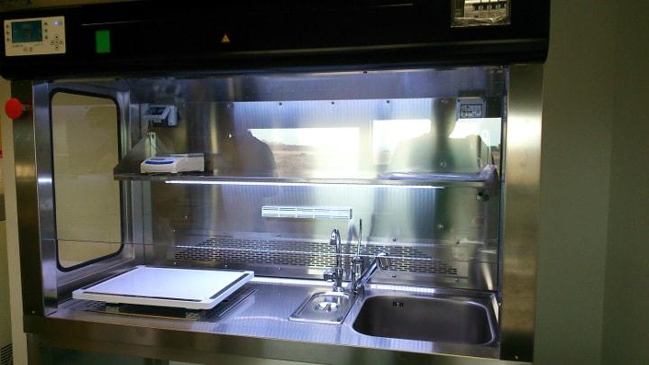 SAT de ICSA realizando instalación de la mesa de tallado